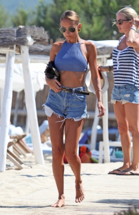 05 Nicole Richie mastering the crop top while on holidays in St Tropez